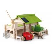 Maison en rondins avec panneau photovoltaïque sur le toit